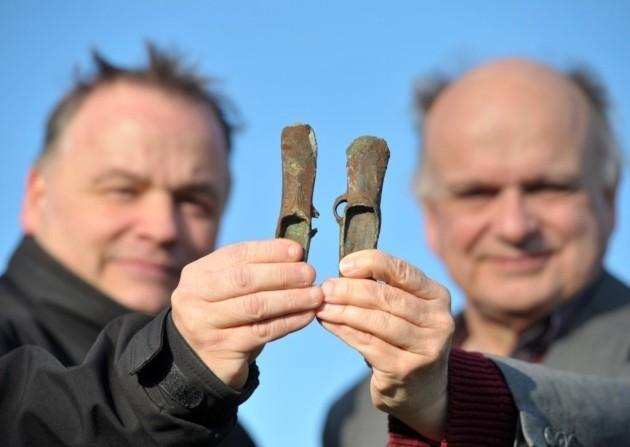 Dos detectoristas descubren un par de hachas de la edad del Bronce en Inglaterra. Los expertos esperan que vayan al museo.