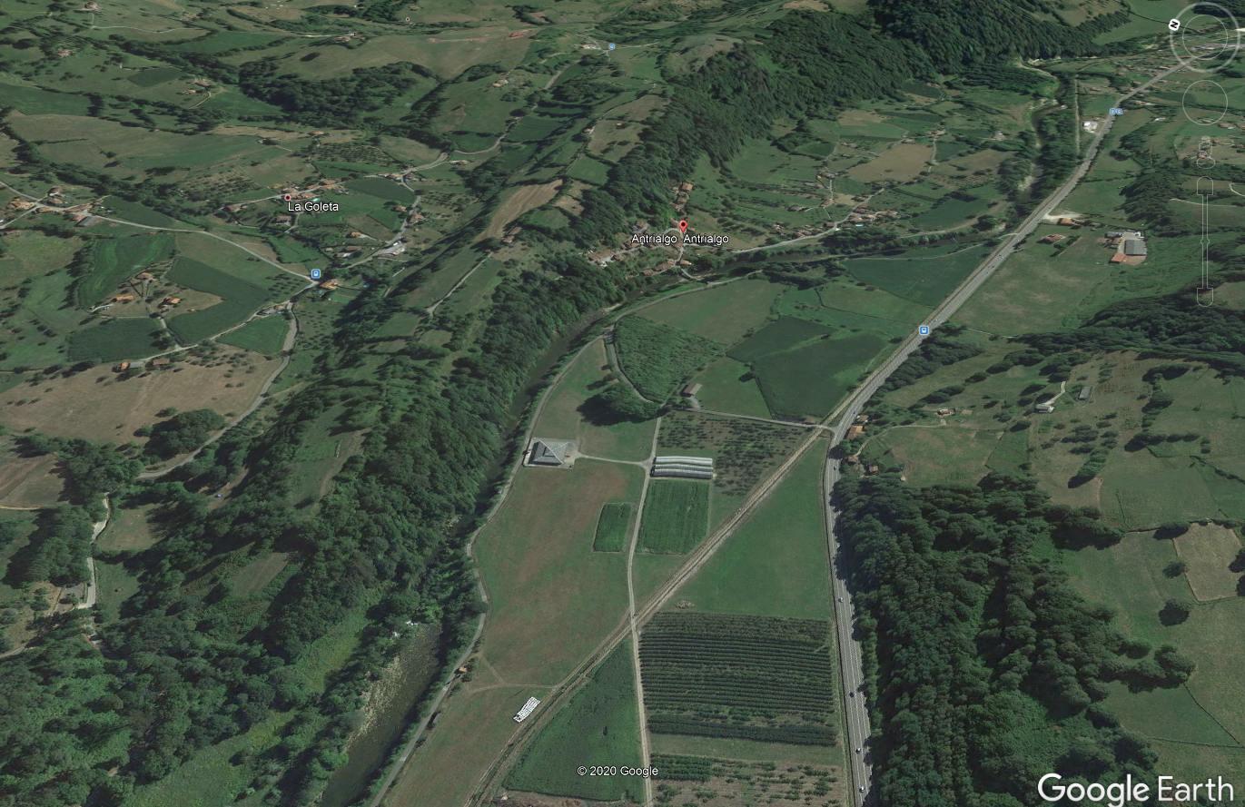 Vista de Google Earth del promontorio del castro sobre el valle fluvial del Piloña