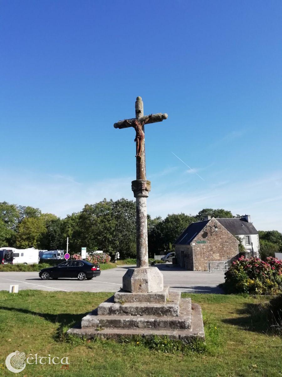 Cruz de piedra en Locronan